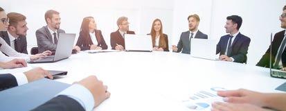 会议圆桌的商务伙伴 免版税图库摄影