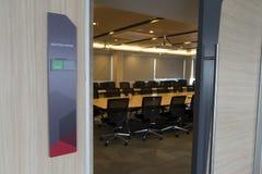 会议室前面以空置标记的状态和从窗口的火警通知木桌阳光 免版税库存照片