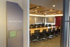 会议室前面以空置标记的状态和从窗口的火警通知木桌阳光 免版税库存图片