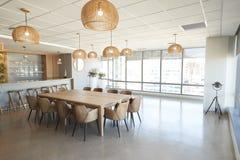 会议室在没有人的现代办公室 免版税库存照片