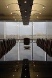 会议室空的优美的反射性表 免版税图库摄影
