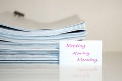 会议星期一早晨;堆在白色书桌和Bac上的文件 库存图片