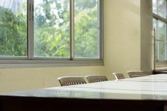 会议桌和教室书桌或者它某时用餐ta 免版税库存照片