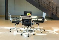 会议桌在办公室区域 免版税图库摄影
