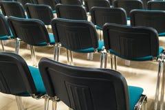会议椅子在企业屋子里,舒适的位子行在空的公司颁奖大会办公室,细节,有选择性的fo 免版税库存照片