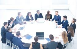 会议的参加者殷勤地听讲话 免版税库存照片