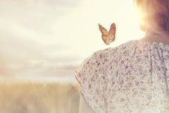 会议的片刻在一只蝴蝶和一个女孩之间的在自然中间 图库摄影