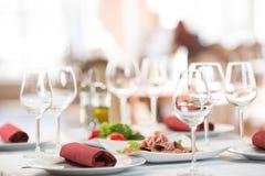 宴会设置桌在餐馆 免版税库存照片