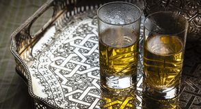 会集与2块玻璃的摩洛哥茶概念 免版税库存照片