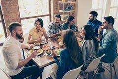 会集为宴餐快乐的青年时期的朋友` s有鲜美foo 免版税库存图片