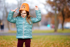 会集制作和使用的小女孩橡子在美好的秋天天 库存图片