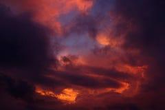 会集在日落的暴风云 库存照片