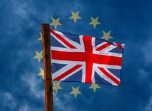 会集在英国国旗后的风暴 免版税库存照片