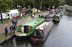 会集在Kennet & Avon运河的Narrowboats在纽伯里英国 库存照片