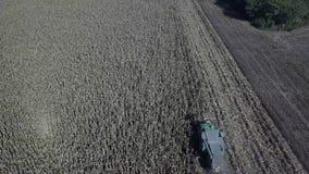 会集领域播种,一个领域的鸟瞰图的拖拉机与拾起庄稼的拖拉机的 影视素材