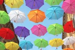伞五颜六色的街道装饰-步行街道在Arad,罗马尼亚 免版税库存照片