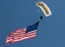伞兵和旗子 免版税库存图片