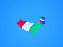 伞兵飞行表演 Tirrenia,比萨,意大利, 2016年9月11日 免版税库存照片