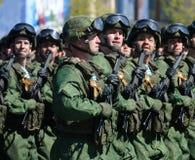 伞兵331st守卫空中军团在Kostroma在游行彩排在红场的以纪念胜利 免版税库存图片