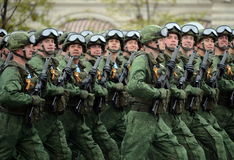 伞兵331st守卫空中军团在Kostroma在红场的游行期间以纪念胜利天 免版税库存图片
