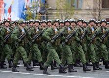 伞兵331st守卫空中军团在Kostroma在红场的游行期间以纪念胜利天 免版税库存照片