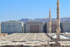 伞和尖塔在先知的清真寺 免版税库存图片