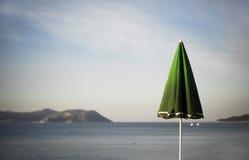 伞和希腊海岛 库存照片