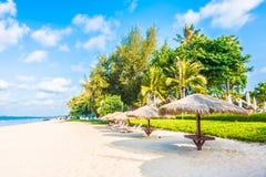伞和椅子在海滩 免版税图库摄影