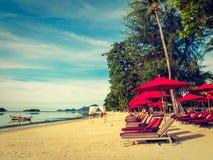 伞和椅子在热带海滩海和海洋 库存照片