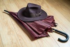 伞和浅顶软呢帽帽子 库存照片