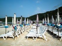 伞和海滩睡椅在酸值Larn pattaya泰国 库存照片