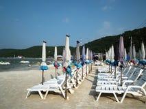 伞和海滩睡椅在酸值Larn pattaya泰国 免版税图库摄影