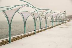 伞在一个多雪的堤防的夏天咖啡馆在波摩莱,保加利亚 免版税库存图片