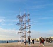伞在塞萨罗尼基、现代修造和建筑学海  拍照片的这里人中止 库存照片