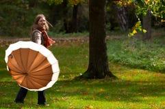 伞妇女年轻人 免版税库存照片