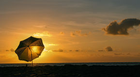伞海滩日落 库存图片