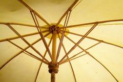 伞由纸/织品制成。艺术 免版税库存图片
