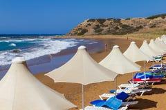 伞线和sunbeds在Davlos靠岸,塞浦路斯 库存照片