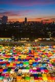 伞自由市场的多种颜色在日落泰国期间的 免版税库存图片