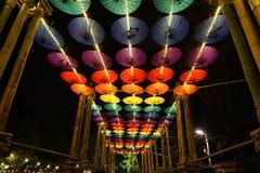 伞装饰在清迈花节日的晚上,泰国 库存照片