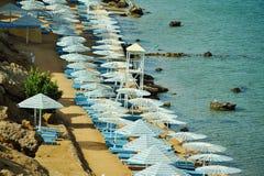 伞顶面veiw在海滩的 免版税库存照片