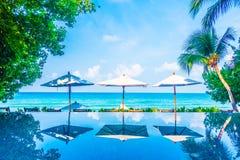 伞水池和椅子 免版税图库摄影