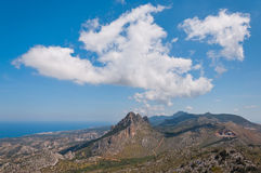 伟大的云彩垂悬了在山在塞浦路斯 库存照片