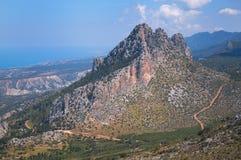 伟大的云彩垂悬了在山在塞浦路斯 免版税库存图片