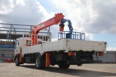 伟大的卡车起重机站立在建造场所的-俄罗斯,克里米亚-可以14日2016年 免版税图库摄影