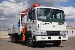 伟大的卡车起重机站立在建造场所的-俄罗斯,克里米亚-可以14日2016年 免版税库存照片