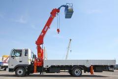 伟大的卡车起重机站立在建造场所的-俄罗斯,克里米亚-可以14日2016年 免版税库存图片