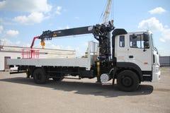 伟大的卡车起重机站立在建造场所的-俄罗斯,克里米亚- 2016年8月14日 免版税库存图片