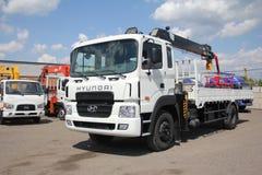 伟大的卡车起重机站立在建造场所的-俄罗斯,克里米亚- 2016年8月14日 库存图片