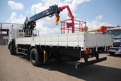 伟大的卡车起重机站立在建造场所的-俄罗斯,克里米亚- 2016年8月14日 库存照片